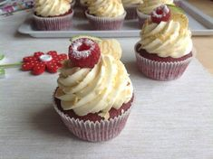 Red velvet cupcakes s limetkovým krémem Red Velvet Cupcakes, Mini Cupcakes, Mini Desserts, Cheesecake, Good Food, Cheesecakes, Cheesecake Pie, Yummy Food