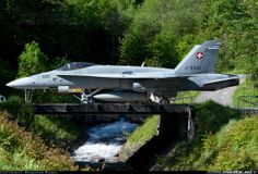 Swiss Air Force McDonnell-Douglas Hornet taxiing at Meiringen Air Base Airplane Fighter, Fighter Aircraft, Fighter Jets, Luftwaffe, Fun Fly, Swiss Air, Aerospace Engineering, Hornet, Military Aircraft