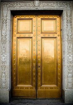 Leben in Gold (Kelly Wearstler) - doors entrance architecture Kelly Wearstler, The Doors, Windows And Doors, Beste Iphone Wallpaper, Wallpaper Backgrounds, Gold Door, Gold Everything, Unique Doors, Bronze