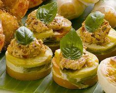 Kürbistörtchen mit Avocado | Zeit: 45 Min. | http://eatsmarter.de/rezepte/kuerbistoertchen-mit-avocado