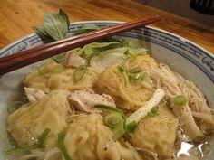 So eine Wan-Tan-Suppe ist eine leckere Angelegenheit: Nudelblätter, gefüllt mit einer Farce aus Krabben und gehacktem Schweinefleisch, in einer klaren Hühnersuppe mit Ingwer, Fleisch, Eiernudeln und Pilzen. Der Fokus dieses Artikels liegt ganz klar auf den selbstgemachten Wan-Tan-Nudeln. Wenn man sie im Asiashop als Tiefkühlware fertig kauft, schmecken sie oft schon sehr gut. Das ist aber nichts im Vergleich zu diesen, die darüber hinaus noch sehr einfach selbst hergestellt werden können und…