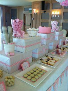 Diseño y decoracion de eventos. Mesa dulce para comunion decorada con pompones