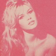 """Fhits Tips! Pop Art Lovers: o artista britânico Russell Young expõe suas obras pela primeira vez no Brasil, na Plataforma91, de 02 a 30 de abril, em São Paulo. A exposição """"Icons"""" retrata artistas da música e do cinema como Marilyn Monroe, Jim Morrison, David Bowie e Jane Fonda. Na imagem,o ícone de beleza, Brigitte Bardot ♥ #FhitsTips #ArtLovers"""