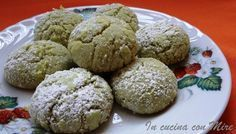 Biscotti al pistacchio dal sapore unico! Biscotti al pistacchio, da un po' di tempo la ricetta dei biscotti al limone impazza sul web, io deciso di modificare la ricetta e fare dei biscotti al pistacchio. Sono semplici e veloci, per farli ho usato la favolosa crema al pistacchio Bacco. I biscotti al Italian Pastries, Italian Desserts, Italian Recipes, Biscotti Biscuits, Cookie Recipes, Dessert Recipes, Torte Cake, Delicious Deserts, Italian Cookies