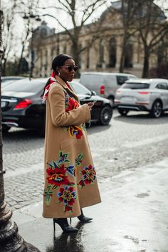 Attendees at Paris Fashion Week Fall 2020 - Street Fashion Cool Street Fashion, Paris Fashion, Fashion Photo, Autumn Fashion, Autumn Street Style, Street Style Looks, French Brands, Style Snaps, Brown Girl