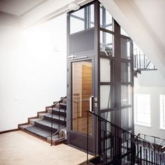 Lift voor inbouw in bestaande gebouwen Stair Elevator, Elevator Design, Glass Elevator, Elevator In House, Modern Stair Railing, Modern Stairs, Staircase Design, Luxury Homes Interior, Home Interior Design