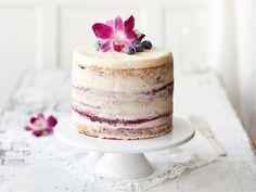 Näyttävän juhlakakun mehevä kakkupohja ja täytteiden makujen tasapaino ovat tärkeitä. Tämä kakku maultaan kirpeän sitruunainen, joten se maistuu myös niille, jotka vierastavat äkkimakeita täytekakkuja.
