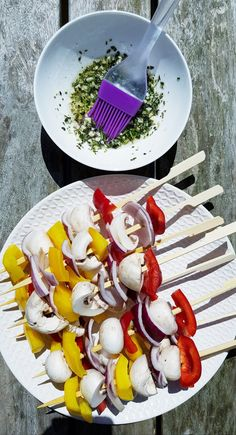 Groentespiesjes op de barbecue met kruidenolie – RECEPT – Food And Drink Barbecue Recipes, Grilling Recipes, Vegetarian Barbecue, Barbacoa, Cheap Bbq, Barbecue Sides, Vegetable Skewers, Cooking On The Grill, Bbq Party