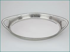 Zilveren dienblad met opengewerkte rand uit 1934 - Hollands zilveren ovaal dienblad met opengewerkte rand 2e gehalte Afmeting 38.5 x 23,8 x 4,9 cm (bij de handgrepen) Gewicht 660 gram Jaarletter Z = 1934 Meesterteken D. Meijer - Leiden