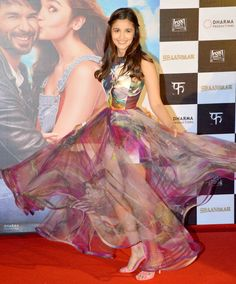 Bollywood Actor Alia Bhatt in beautiful dress with transparent bottom Indian Celebrities, Bollywood Celebrities, Bollywood Actress, Trendy Dresses, Nice Dresses, Fashion Dresses, Bollywood Stars, Bollywood Fashion, Pool Party Dresses