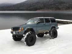 How dope is this lifted XJ in the snow? Check out the rest of these 20 super clean jeep cherokees for ideas on your next mod! Modificaciones Jeep Xj, Jeep 4x4, Jeep Truck, Lifted Xj, Lifted Jeep Cherokee, Jeep Xj Roof Rack, Blue Jeep, American Quotes, American Symbols