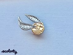"""This golden snitch pin: 19 """"Harry Potter"""" Pins Every Fan Will Want To Buy Immediately Harry Potter Schmuck, Bijoux Harry Potter, Harry Potter Pin, Geek Mode, Golden Snitch, Geniale Tattoos, Jacket Pins, Pin And Patches, Cute Pins"""