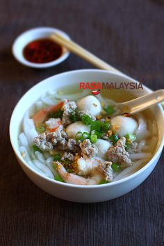 Rice Noodle Soup (Bee Thai Bak) - I personally am a big fan of Bee Thai Bak, which is QQ (springy) and easy to eat (not much chewing needed! Easy Asian Recipes, Easy Delicious Recipes, Yummy Food, Healthy Food, Malaysian Cuisine, Malaysian Food, Malaysian Recipes, Rice Noodle Soups, Rice Noodles