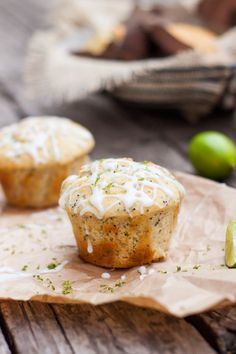 Lemon Poppyseed Muffins * Muffins de Limón con Semillas de Amapola Muffin Recipes, Cupcake Recipes, Cupcake Cakes, Lime Recipes, Sweet Recipes, Healthy Recipes, Gluten Free Desserts, Delicious Desserts, Yummy Food