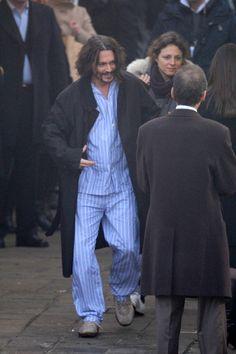 Johnny Depp de pijamas em Veneza, 2010. Período em que estava gravando 'The Tourist'