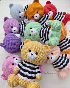 Receitas grátis Toque na imagem para baixar receitas de amigurumis totalmente grátis Crochet Animal Amigurumi, Crochet Teddy, Crochet Animal Patterns, Easter Crochet, Crochet Bear, Stuffed Animal Patterns, Cute Crochet, Amigurumi Doll, Amigurumi Patterns