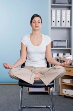 Three Office Yoga Techniques for Back Pain. ** Office Yoga techniques help to ease back pain, chronic tension and stress in the different area of our body. Qi Gong, Yoga Instructor Certification, Fitness Certification, Yoga For Diabetes, Difficult Yoga Poses, Office Yoga, Office Desk, Massage, Yoga Teacher Training Course