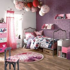 chambre d'enfant - child bedroom - lit en fer - mur brique peint - contraste violet / blanc parquet clair - iron bed - painted wall - contrast purple / white - light wood floor