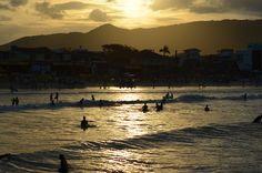Surfistas ao mar na Barra da Lagoa