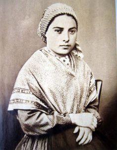 """Non vivrò un solo istante senza passarlo amando."" Santa Bernadette Soubirous"
