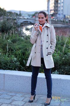 WIEN EN VOGUE - trenchcoat beige, orange, white, brown, blue jean, blue shoes