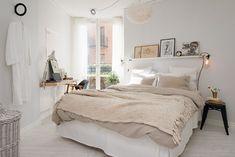 Bedroom in white & beige tones