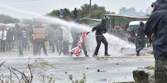 Krawalle bei Flüchtlingslager in Calais - oe24.at