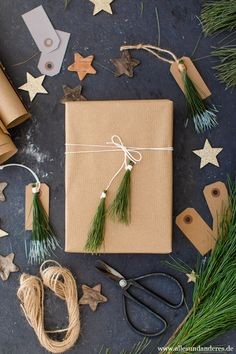 Weihnachtliche Geschenkanhänger und Verpackungen mit Kiefernnadeln | Alles und Anderes Christmas Time, Wraps, Gift Wrapping, Gifts, Xmas Presents, Ideas For Christmas, Winter Christmas, Small Trailer, Brown Paper