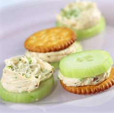 Cracker mit Gurke und Schnittlauchcreme - Kinds Of Snacks 2020 Party Finger Foods, Snacks Für Party, Easy Snacks, Healthy Snacks, Brunch Recipes, Snack Recipes, Cooking Recipes, Tapas, Fingers Food