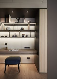 A minimalist living room creates a relaxing atmosphere for the entire family to enjoy and unwind. Modern Study Rooms, Home Study Rooms, Study Room Decor, Study Room Design, Modern Room, Modern Home Interior Design, Home Office Design, Study Interior Design, Shelf Design