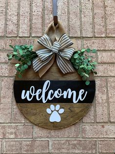Wooden Door Signs, Diy Wood Signs, Wooden Door Hangers, Welcome Signs Front Door, Welcome Wood Sign, Christmas Signs Wood, Christmas Crafts, Wood Wreath, Dog Signs