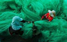 Categoria: Pessoas - Foto de Pham Ty - Mulheres remendam rede de pesca gigante em Thuan, no Vietnã
