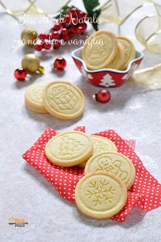 Biscotti di Natale semplici alle mandorle e vaniglia #ricette #biscotti #cookies #natale #christmascookies #pastafrolla Xmas Food, Christmas Cooking, Biscuits, Cute Christmas Cookies, Biscotti Cookies, Winter Treats, Cake & Co, Italian Cookies, Food Gifts