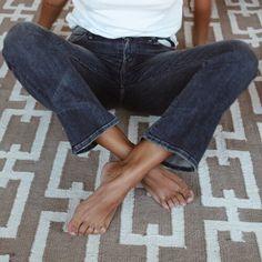 * De perfekte vintage-ish jeans. Med et oversize fint, men stadig sidde til. Skal stumpe en lille smule. grå hvid t-shirt. solbrun hud.