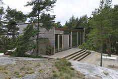 Hirsitalo on valinta paremman ilmaston hyväksi Tiny House Loft, Glass House, Living Area, Garage Doors, House Ideas, Deck, Flooring, House Styles, Cabins