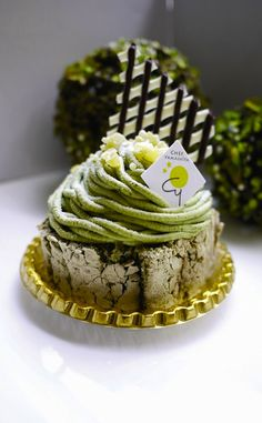 Rikyu 利休 Creamy green tea puree & sliced chestnuts atop the green tea meringue roll with fresh cream & Japanese red bean. Green Tea Dessert, Matcha Dessert, Matcha Cake, Small Desserts, Mini Desserts, Dessert Recipes, Green Tea Recipes, Japanese Sweets, Strudel