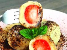 Video recept! Nejjednodušší jahodové knedlíky z tvarohového těsta hotové za 10 minut. Rychlé těsto jen ze 3 surovin. Na náplň pak kromě jahod můžeme použít například meruňky, švestky apod.