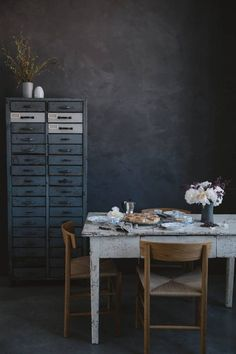 Le meuble à tiroir et la table