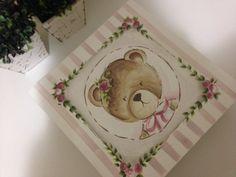 Caixa em mdf sem divisórias pintada a mão com ursinha na tampa <br>Dimensões do produto:33x33x10cm