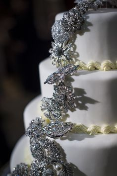 Vintage broaches adorning a wedding cake!