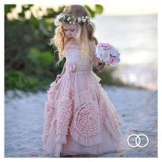 «Daminha fofura da noite by @vireinoiva  Marque suas amigas para seguirem a página ✨ #daminha #flowergirl #vestidodedaminha #flowergirldress #wedding…»
