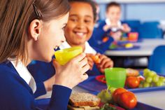 Stock Photo : School Children Eating a Healthy Lunch Healthy Snacks To Make, Snacks For Work, Healthy Eating Habits, Healthy Appetizers, Healthy Kids, Healthy Recipes, Healthy Lunches, Healthy Food, Kids Nutrition