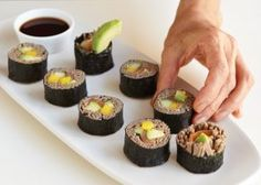 The soba noodle sushi roll is filled with smoked salmon, avocado, cucumber and mango. ~~ I HAVE to learn how to roll sushi! Soba Noodles, Rice Noodles, Sushi Rolls, Sushi Sushi, Sushi Art, Fideos Soba, Sushi Roll Recipes, Flank Steak Recipes, Rolls Recipe
