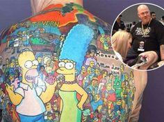 """52-летний австралиец Майкл Бэкстер поставил себе цель попасть в книгу рекордов Гиннесса как человек, на чьей спине набито больше всего татуировок с изображением героев мультипликационного сериала """"Симпсоны"""" Фото mirror.co.uk"""