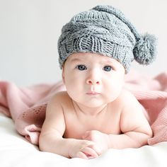 Gorrito de punto para bebé en color gris con ponpon. Para recién nacidos. Para sacarle de paseo o para hacerle fotos divertidas.