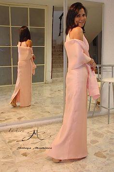 Femenino, exquisito y muy sencillo vestido logrado en sharmusse de seda, acompañado con chalina opcional