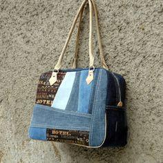 """""""Žeby recy?"""" Známí mi nosí staré džíny se slovy: """"Ty s nimi ještě něco uděláš..."""" Tak to je pokus, jak je zužitkovat. Kabelka je vyztužená ronopastem, krásně drží tvar. Uši a paspulka je koženkové. Dno kabelky je vyztužené, opatřené puklíky proti oděru a špíně. Podšívka kabelky je ze světlé látky, na jedné straně je velká kapsa se zipem, na druhé straně je ..."""