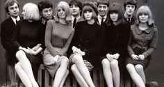 Los años 60 marcaron una importante ruptura en la historia de la moda. Los cambios sociales se vieron reflejados en la forma de vestir. La música inspira, las mujeres se rebelan...En esta foto vemos a Marc Jacobs a la izquierds