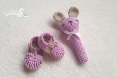 conjunto para bebé sandalias y sonajero, tejido por artesesa