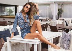 shorts jeans cintura alta com jaqueta jeans - look super estiloso para usar na praia ou em um fim de semana relax